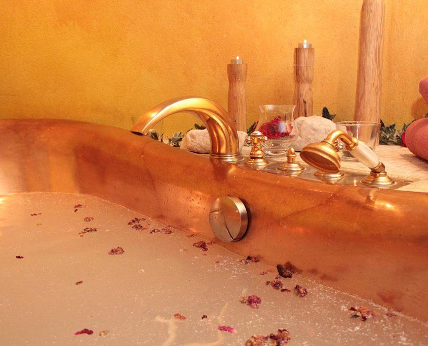 Kaiserbad mit Rosenblüten