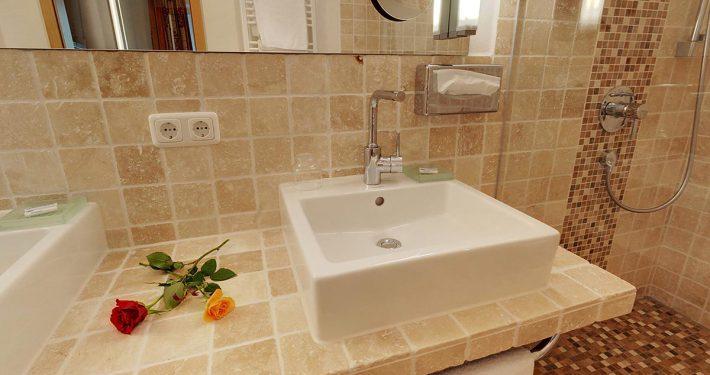 Modernes Badezimmer mit Dusche im Wellnesshotel Erlebach