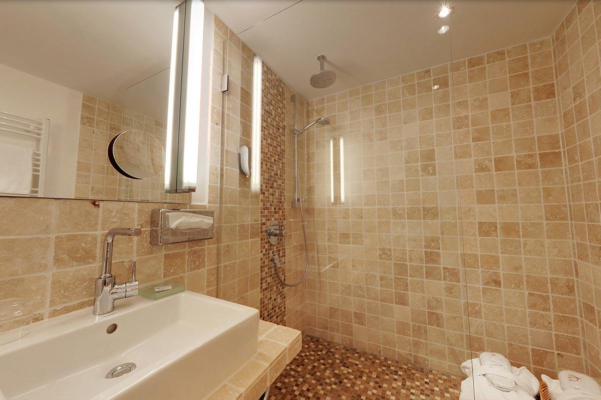 Modernes-Badezimmer-mit-Dusche | Hotel Erlebach | Wellness und ...