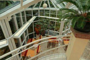 Wintergarten mit Ruheliegen im Wellnessbereich