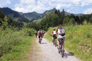 Gruppe im Bike-Hotel in Riezlern